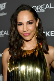 Amanda Brugel wore her hair in a side-parted wavy style at the Entertainment Weekly SAG nominees party.