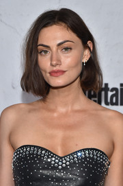 Phoebe Tonkin attended the Entertainment Weekly Comic-Con party wearing her hair in a mildly messy bob.