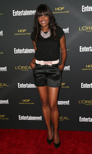 Aisha Tyler completed her breezy-chic outfit with a pair of black satin shorts.