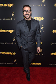 Jeremy Piven completed his red carpet look with a pair of black oxfords.