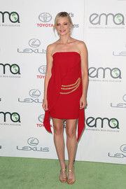 Amy Smart's gold crisscross-strap sandals worked beautifully with her red dress.