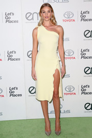 Rosie Huntington-Whiteley continued the minimalist-elegant vibe with a pair of gray Jimmy Choo pumps.