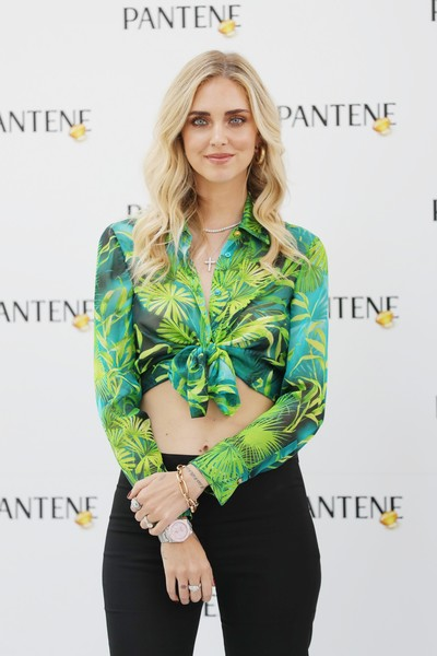 Chiara Ferragni completed her accessories with a gold link bracelet.