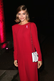 Arizona Muse stopped by the Estee Lauder event carrying an elegant white chain-strap bag.