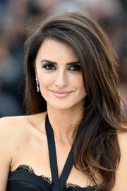 Penelope Cruz contrasted her heavily lined eyes with a soft pink lip.