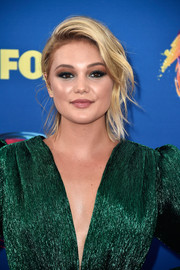 Olivia Holt looked stylish wearing this loose ponytail with wavy tendrils at the 2018 Teen Choice Awards.