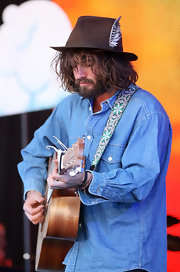 Angus Stone showed some fashion flair with a feather-embellished brown fedora.
