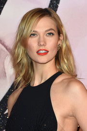 Karlie Kloss perked up her beauty look with a swipe of red-orange lipstick.