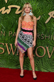 Georgia May Jagger was beach-chic at the Fashion Awards 2017 in a multicolored strapless mini dress by Matty Bovan.