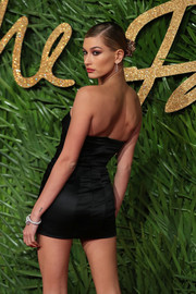 Hailey Baldwin showed off her super-slim physique in a tiny strapless dress by Topshop at the Fashion Awards 2017.