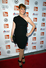 Molly Ringwald's black pointy pumps and LBD were a super chic pairing.