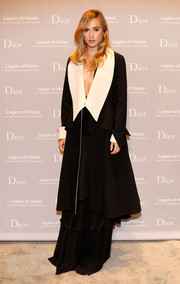 Suki Waterhouse made a bold entrance in an elegant black coat with oversized white lapels during the Fine Arts Museums of San Francisco Mid-Winter Gala.