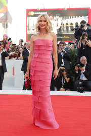 Naomi Watts complemented her dress with a fuchsia hard-case clutch.