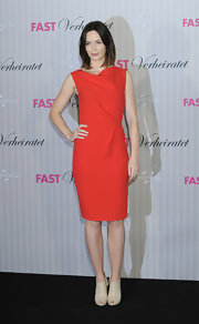 Emily Blunt kept her look fairly minimal when she sported this red sleeveless dress.
