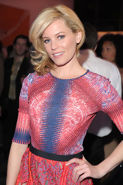 Elizabeth Banks attended the premiere of 'The Five Year Engagement' wearing her hair in a softly curled side-swept 'do.