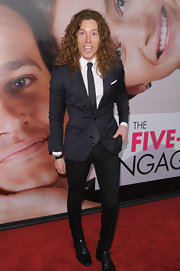 Shaun White looked super cool at the 'Five Year Engagement' premiere in this navy blazer and dotted skinny tie.