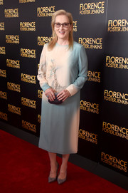 A dark-gray satin clutch tied Meryl Streep's look together.