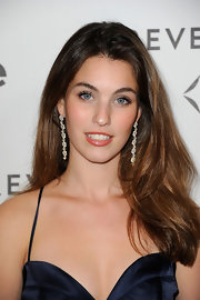 Rainey Qualley exuded elegance in a pair of dangling diamond earrings at a Forevermark and InStyle Golden Globe event.