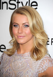 Julianne Hough wore her hair with a deep side part and sexy waves at the 'InStyle' Golden Globe Awards Event.