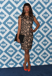 Aisha Tyler topped off her ensemble with a simple black suede zip-around clutch.