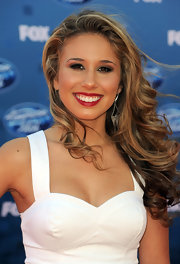 Haley Reinhart walked the red carpet at the 'American Idol' finale with cascading curls that softly framed her face.