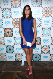 Michaela Conlin's neon-pink pumps contrasted beautifully with her blue dress.