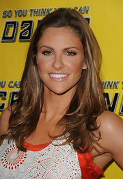 Jill Wagner paired her bronzed skin with natural looking nude lipstick.