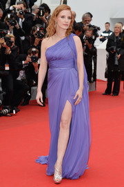 Jessica Chastain added an extra dose of glamour with silver strappy sandals by Roger Vivier.