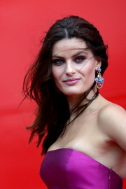 Isabeli Fontana's multicolored chandelier earrings at the Franca Sozzani Award were the perfect finishing touch to her magenta dress!