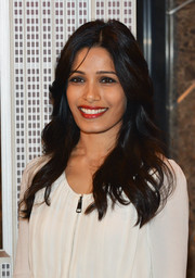 Freida Pinto looked very pretty with her soft waves during her visit to the Empire State Building.