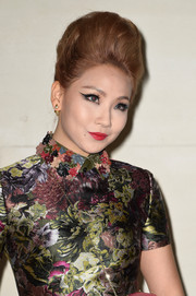 Lee Chae-rin accentuated her exotic looks with an exaggerated cat eye.