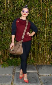 For a bit of sexiness, Kelly Osbourne paired her sweater with black skinny pants.