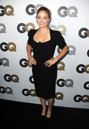 Erika Christensen paired a demure black pencil dress with classic black satin pumps.