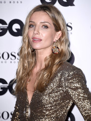 Annabelle Wallis completed her look with a pair of dangling gold and tortoiseshell earrings by Chanel.