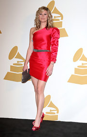 Jennifer Nettles looks amazing in her one shouldered dress and her peep toe red pumps which gives the dress an extra pop of color.