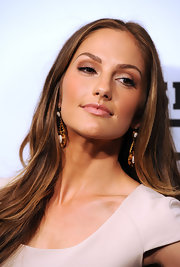 Minka Kelly offset her bronzed skin with a soft neutral eye in sandy shades of blush and copper.