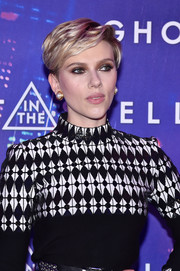 Scarlett Johansson glammed up her look with a pair of pearl and gold studs by Zolotas.
