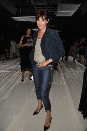 Ines de la Fressange pulled her casual look together with a pair of capri jeans.