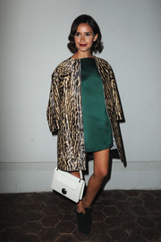 Miroslava Duma topped off her classy ensemble with a white single-strap tote.