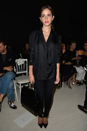 Sticking to an all-black motif, Emma Watson paired her blouse with sexy skinny pants.