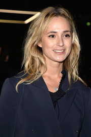 Elisabeth von Thurn und Taxis attended the Giambattista Valli fashion show rocking a messy-chic center-parted hairstyle.