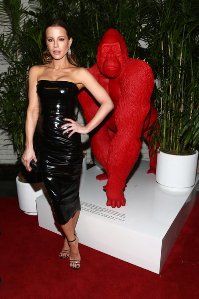 Kate Beckinsale vamped it up in a strapless black vinyl dress by Alex Perry at the Giorgio Armani Beauty at Best Performances.