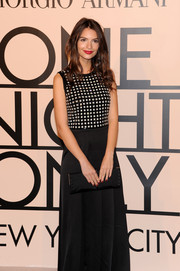 Emily Ratajkowski topped off her ensemble with a simple yet elegant black satin clutch.