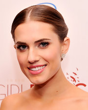 Allison Williams kept her jewelry to a minimum with a simple floral diamond stud.
