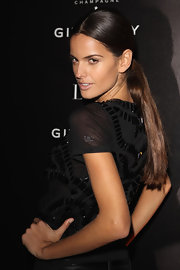 Izabel Goulart wore a sleek ponytail to a show during Paris Fashion Week.
