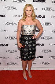 A stylish gold box clutch sealed off Amy Schumer's look.