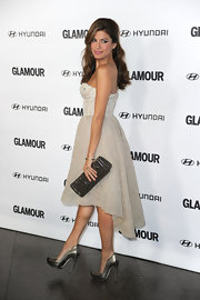Eva added a dash of metallic to her look with a gunmetal envelope clutch. The starlet perfectly paired her dreamy clutch with her platform pumps. Stunning!