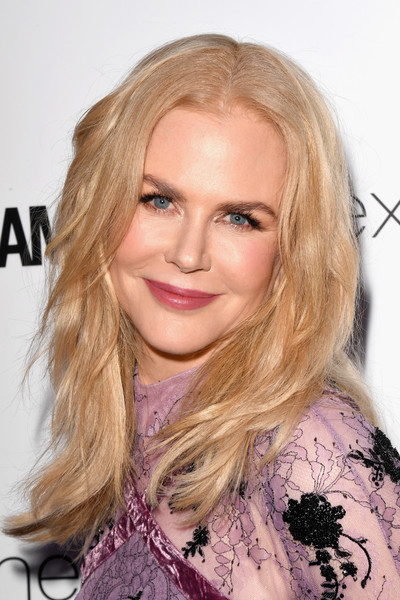 Nicole Kidman sported a beach-chic center-parted 'do at the 2017 Glamour Women of the Year Awards.