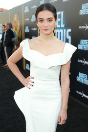 Jenny Slate paired dark nail polish with a white ruffle-neck dress for the premiere of 'Hotel Artemis.'