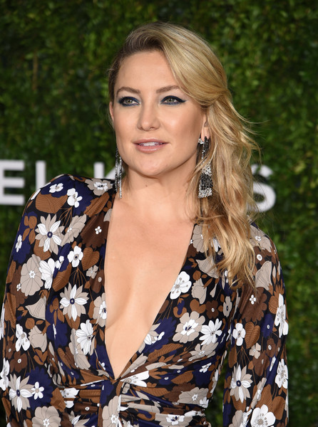 More Pics of Kate Hudson Satin Clutch (7 of 23) - Clutches Lookbook - StyleBistro [hair,blond,hairstyle,beauty,long hair,fashion,lip,brown hair,fashion model,dress,god,kate hudson,golden heart awards,we deliver golden heart awards,love,new york city]